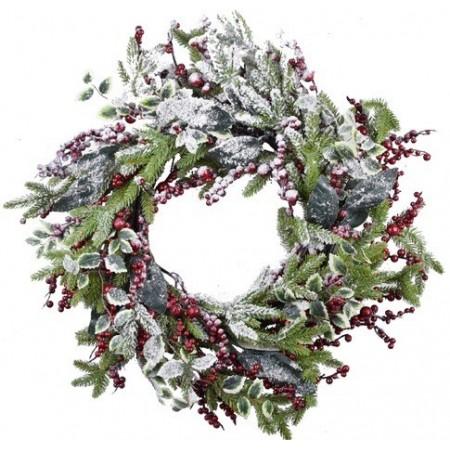 Velký vánoční věnec s větvemi a červenými bobulemi